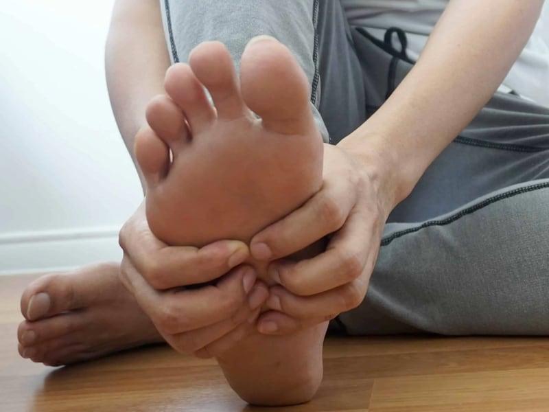 Jak palec młotkowaty uderza wsprawność stopy?